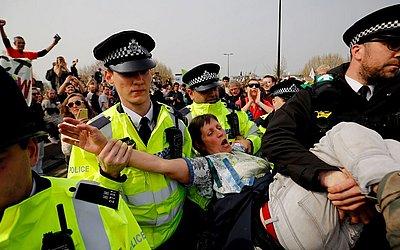 Ativista ambiental é presa pela polícia durante bloqueio da ponte de Waterloo, no terceiro dia de manifestações do grupo Extinction Rebellion em Londres.