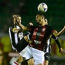 Anselmo Ramon disputa jogada contra atleta do Figueirense