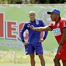 No Fazendão, Nino Paraíba recebe orientação do técnico Roger Machado