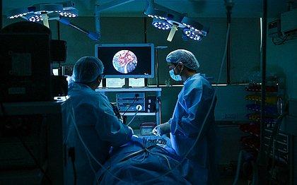 Cirurgia em paciente com fungo negro na Índia