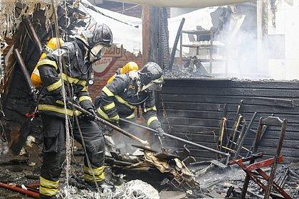 Incêndio atinge barracas no bairro do Imbuí