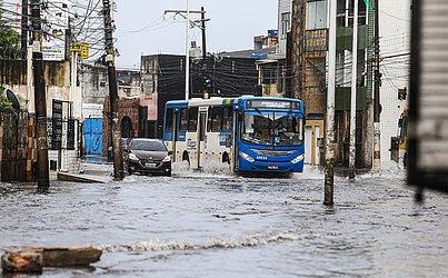 Veículos tiveram dificuldade de transitar pelas ruas alagadas na Ribeira.