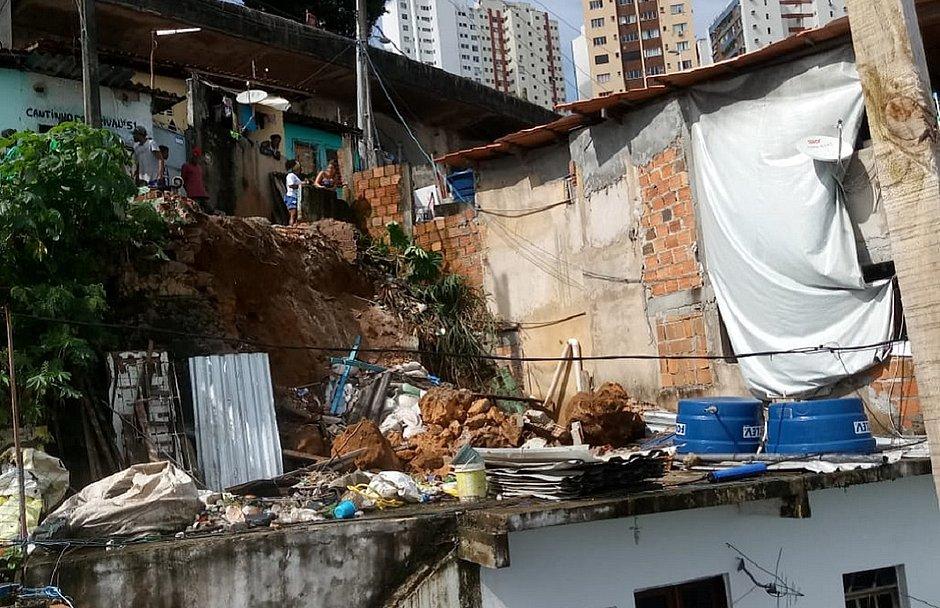 Deslizamento atinge imóvel na Gamboa de Baixo e coloca em risco 25 famílias