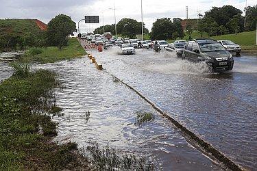 No dia 22 de maior de 2015, o 10º mais chuvoso, Avenida Paralela ficou alagada