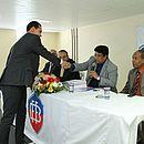 Em foto do ato de posse em 2015, Ednaldo cumprimenta seu vice Ricardo de Lima, agora candidato a sucessor