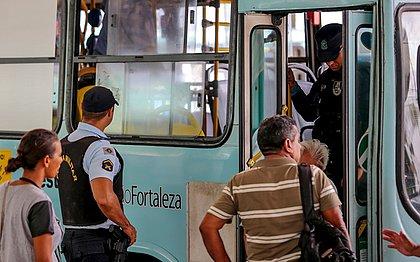 Os ônibus circulam com acompanhamento de policiais