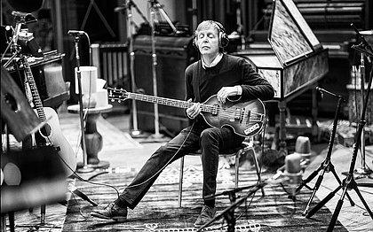 Paul McCartney lança novo álbum e transmite show ao vivo no YouTube; assista