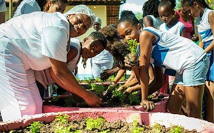 A horta servirá como espaço de convivência, troca de experiências, laboratório vivo, além de reforçar a alimentação saudável