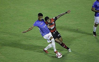 Ygor Catatau tenta roubar a bola durante derrota por 1x0 para o Doce Mel, no Barradão