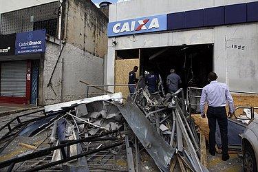 Por conta do impacto, as portas e janelas de vidros foram estilhaçadas e arremessadas no entorno do prédio. Todo o teto veio ao chão e tudo que de metal ficou retorcido ou partido ao meio.