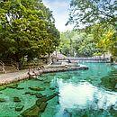 O Rio Quente Resorts tem piscinas de pedras naturais e águas termais
