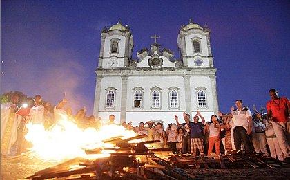 Fogueira foi feita em frente à Basílica do Bonfim, como parte da Vigília Pascal