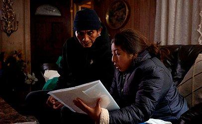 Ricardo Chub-Bo e sua filha, Rosa Maria, de Poptun, na Guatemala, são retratados na casa de uma voluntária em Las Cruces, antes da sua partida para a Filadélfia. Uma igreja do Novo Mexico oferece ajuda aos emigrantes latinos.