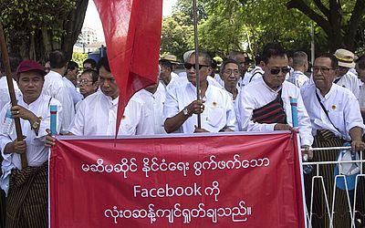 Manifestantes em Mianmar protestam contra alegada ingerência política do facebook durante um comício em Yangon.