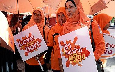 Manifestação contra a violência sobre mulheres e crianças, em Narathiwat.