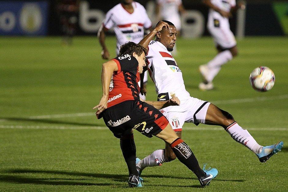 Vico cruza a bola diante do Botafogo-SP, no estádio Santa Cruz, em Ribeirão Preto