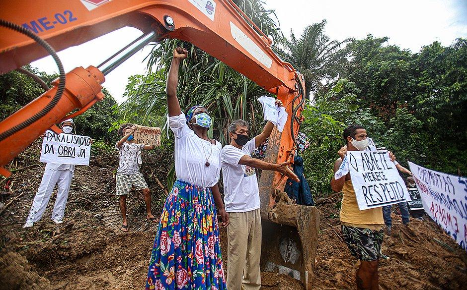 Na data em que se comemora o Dia Mundial do Meio Ambiente, manifestantes protestaram contra uma obra que devastava parte da margem da Lagoa do Abaeté, uma Área de Proteção Ambiental (APA).