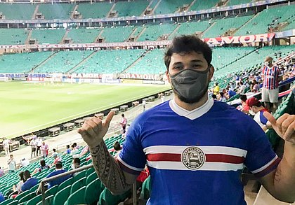 Gabriel posa para foto, de máscara e fazendo hang looses, em sua volta ao estádio