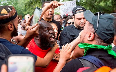 Reação de populares a manifestação de extrema direita em Washington, DC.