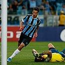 Ferreira abriu o placar para o Grêmio no triunfo sobre o Cruzeiro do goleiro Fábio. Time mineiro segue na zona