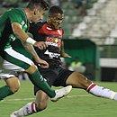 Arthur Rezende e Capa dividem bola durante jogo em Campinas