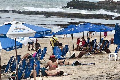Praia da Barra registrou movimento neste domingo (25)