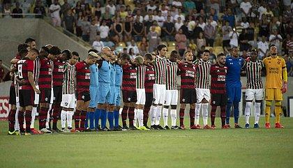 Jogadores de Flamengo e Fluminense e equipe de arbitragem fazem oração no gramado do Maracanã