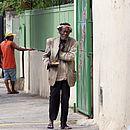 Em foto tirada há 10 anos, Samuca caminha pelas ruas de Ondina, onde viveu por pelo menos três décadas