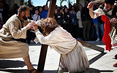 Encenação da Via Crúcis na quinta-feira Santa em Marsala, na ilha italiana da Sicília.