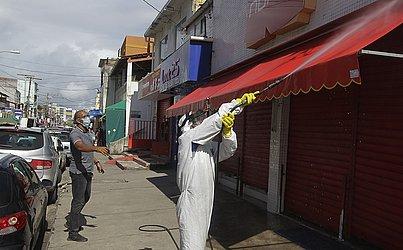 Durante a manhã, funcionários trabalhavam na higienização do bairro.