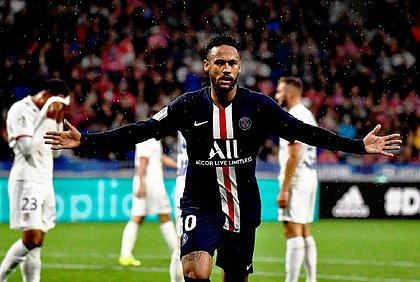 Neymar comemora o gol da vitória sobre o Lyon