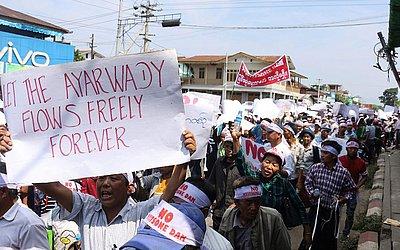 Protesto contra o projeto de barragem de Irrawaddy Myitsone em Waimaw, perto da capital Myitkyina, no estado de Kachin, em Mianmar.