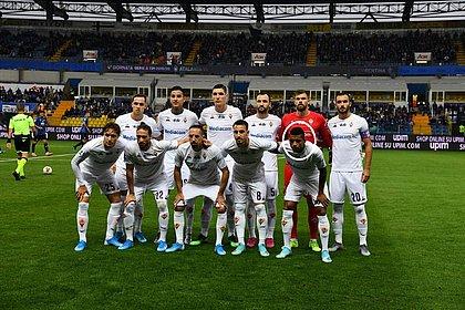 Insultos racistas contra Dalbert, sinalizado na imagem, paralisaram jogo do Campeonato Italiano