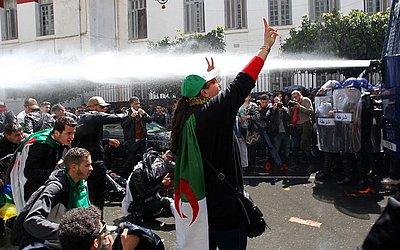As forças de segurança argelinas usam um canhão de água para dispersar os estudantes que participam de uma manifestação contra o governo na capital Algiers.
