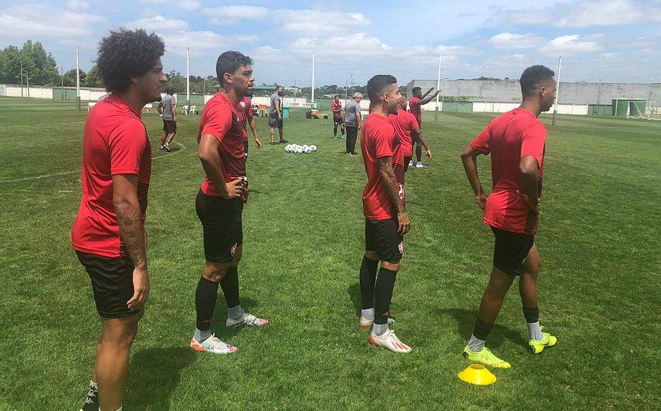 Com Van e Thiago Carleto, Vitória treina em Curitiba - Jornal Correio