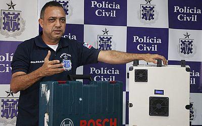 Delegado Paulo Roberto Guimarães mostra bloqueador usado por bando