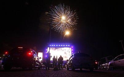 Fogos de artifício marcaram a primeira noite do drive-in de Salvador.