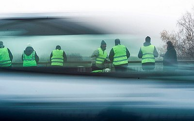 """Manifestantes """"coletes verdes"""" em uma ponte na estrada N70, perto de Montceau-les-Mines, na França central."""