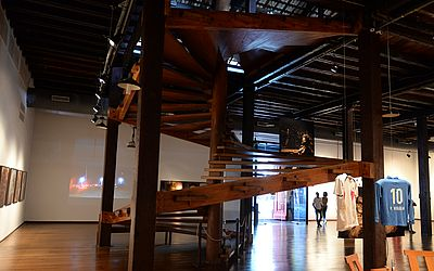 Escadaria de madeira no Museu de Arte Moderna da Bahia