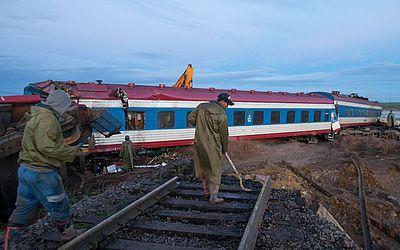 Socorristas trabalham no local onde um trem descarrilhou devido às chuvas perto de Airag soum, sudeste da Mongólia.