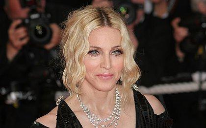 Reconhece? Madonna muda radicalmente o visual e fica morena