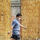 Homem transita com máscara de proteção pelo bairro de Cajazeiras