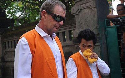 O australiano Brendon Luke Johnsson (E), 43 anos, caminha para uma cela antes de seu julgamento em um tribunal em Denpasar, na ilha de Bali. Johnsson foi preso em agosto de 2018, po levar cerca de 12 gramas de cocaína.