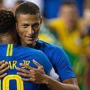 Richarlison abraça Neymar para comemorar gol da Seleção