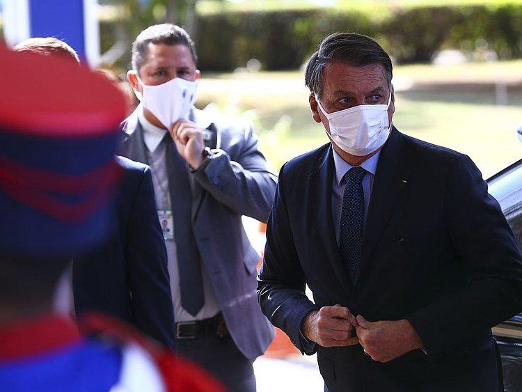 'Se eu estivesse coordenando a pandemia, não teria morrido tanta gente', diz Bolsonaro