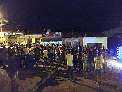 Aglomeração no distrito de Caraguataí, na cidade de Jussiape, na Chapada Diamantina, na sexta-feira à noite
