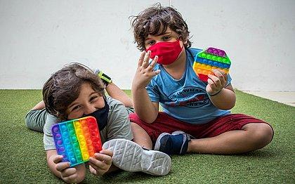 Os gêmeos, João Guilherme e Luís Felipe, 6 anos, se tornaram fãs do pop it