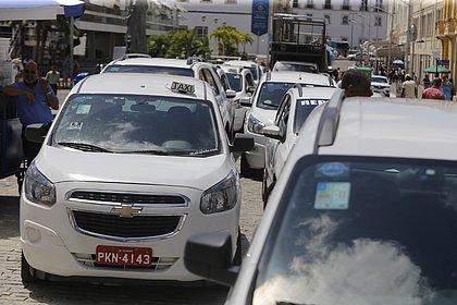 Taxistas protestam em frente à Câmara e cobram mudanças em projeto de app