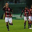 Lucas Cândido comemora o gol de empate rubro-negro marcado por ele