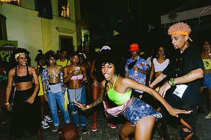 Música Black, brindes e agito: festa leva 10 mil pessoas à Barroquinha na folia